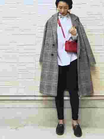 赤のバッグがあれば、センス良くしっくりとくるセンスアップな冬コーデに。