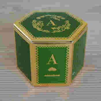 専用の箱も高級感がありおめでたいグリーンとゴールド。新しい門出を共に祝ってくれた陽気な仲間たちに喜んでもらいたい引き出物ですね。