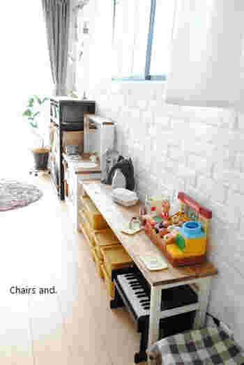 小さなお子さんがおままごとをして遊ぶのにちょうど良い高さ。ママの愛情がこもったキュートな手作りテーブルですね。