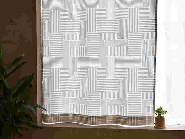 窓枠だけの短めのカーテンはカジュアルなイメージ、床まで届くカーテンはフォーマルなイメージになります。またカーテンレールを天井近くに設置すると、窓が大きく天井が高くなったかのような、錯覚の効果があります。