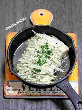 王道のえのきバターレシピ。スキレットでバターを溶かしたら、お好きな量のえのきを炒めましょう。味付けはハーブソルトでシンプルに。耐熱皿に入れてオーブントースターでさらに5分ほど焼くと、よりおいしく仕上がるとのことです♪