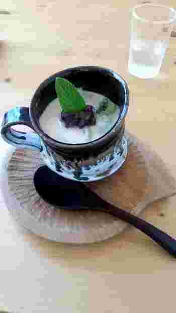 「豆乳白玉とゴマのお汁粉」は、キウイとあんこが入った冷製和スイーツ。フルーティーでコクのある味わいです。