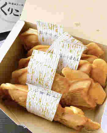横浜に本店を構える「くりこ庵」の神楽坂店が、飯田橋駅からすぐのところにあります。一般的なたい焼きの2倍の卵を生地に使っていて、外は薄皮ぱりぱり中はふんわり。焼きたてを買うことができるので、小腹が空いたらその場でいただくのも良いですね。
