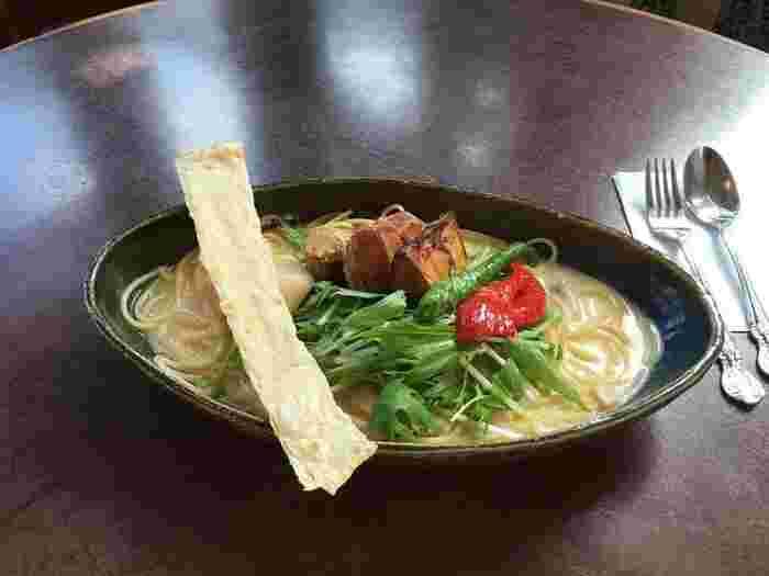 ランチメニューは、京野菜カレーや京野菜ハンバーグ等の洋食。 人気は、「自家製の豆乳スープと京野菜のスパゲッティ」。おかべ家の自家製豆乳と白味噌で作ったクリームソースは、豆の甘味を感じる優しい味わいです。