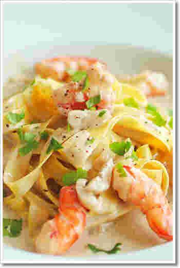 海老の旨味にアンチョビの深みも加わった絶品クリームソースです。パスタの量に対して、ソースはやや多めがおすすめ。お皿に残ったものはぜひバゲットで拭って、最後まで美味しくいただきましょう。