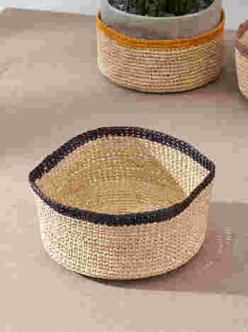 天然素材で編まれたバスケットはマダガスカル製です。適度に柔らかさがあるから、優し気な雰囲気があります。