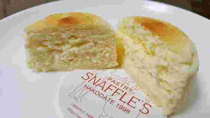 北海道の厳選された素材をぎゅっと閉じ込めたスフレ状のチーズケーキは、ふわふわの半熟!お口に入れると、しゅわっととろけ、濃厚なのに、しつこくなくて何個でも食べれてしまいます。