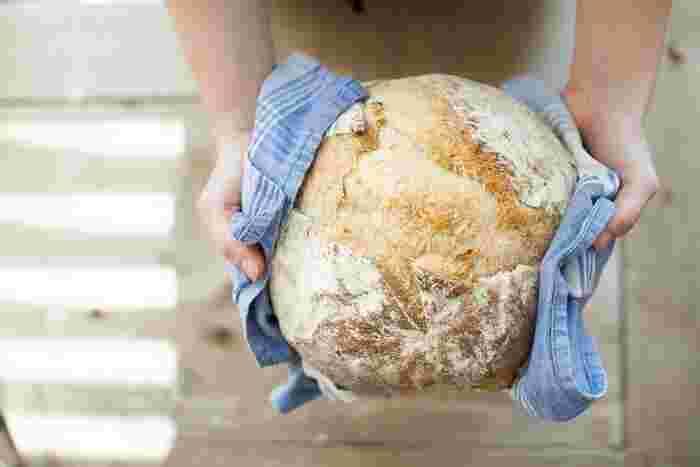 こねないパンは、パンづくりで一番おっくうだった生地こねが一切なし!あとは、冷蔵庫の野菜室などで一晩発酵させるだけでOK。次の日は、成形して適度にふくらんだら焼くだけです。