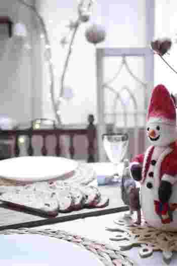 おまちかねのお食事タイム。テーブルにはさりげなくクリスマスのオーナメントを。フェルトの質感があたたかさを演出しています。