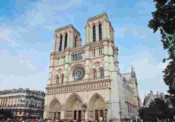 小説『ノートル・ド・パリ』(1831年)を原作として、これまでミュージカルやバレエなど数々の作品が作られてきました。 そして1996年にはディズニー映画に!あの名作『ノートルダムの鐘』の舞台が、パリに実在しているこのノートルダム大聖堂です。