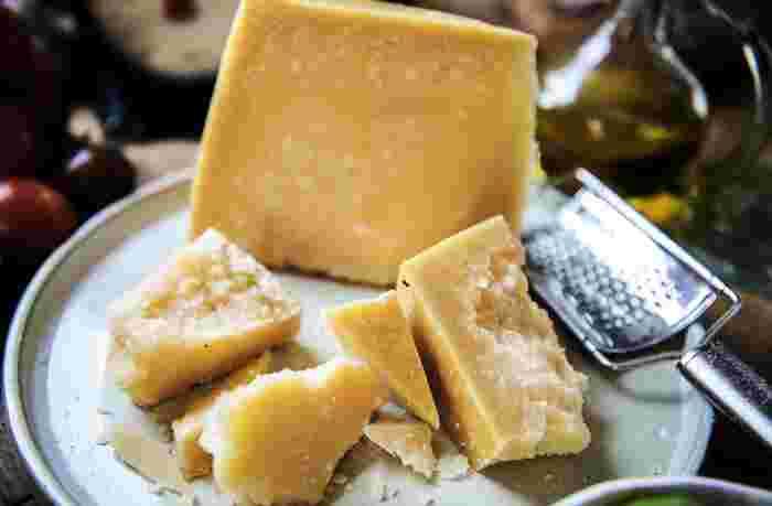 セミハードタイプの熟成期間が3ヵ月~1年なのに対して、ハードタイプは1年~3年。長期間寝かせて作られています。水分は38%以下で、ずっしり重厚感があり、コクの中にほんのり酸味が感じられるものも。パルミジャーノ・レッジャーノ、チェダー、エダム、エメンタールなどがあります。  固いチーズなので、削って使われることもあります。パスタやサラダにふりかけられているパルミジャーノ・レッジャーノはお馴染みですね。