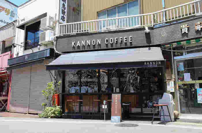 「KANNON」という言葉からもわかるとおり、こちらも大須観音そばにあるカフェ「カンノン コーヒー」です。お店の窓いっぱいに描かれたイラストがとってもおしゃれです♪