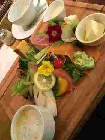 野菜たっぷりのDELIプレートランチは、ヘルシーで女性に人気!平日限定週替わりランチやハーフパスタとサラダパンケーキのセットもあります。