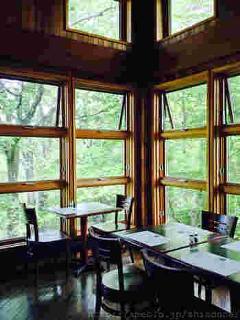 店内は広い窓ガラスで明るく開放的です。霧降高原の緑や滝を眺めながらゆったりとした時間を過ごせます。