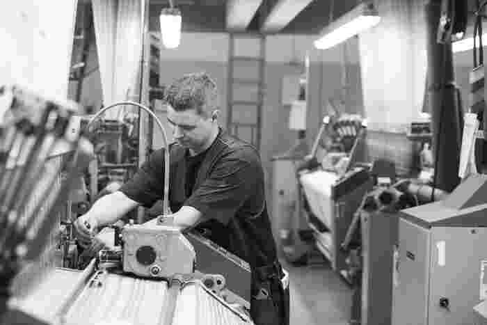 ラプアン カンクリの支柱であるジャガード織りの技術を磨いて麻製品の生産を可能にし、機械と人の手、両方を使って丁寧に作りあげていきます。また、オリジナルの色に染めた糸から製品を織り上げ、天然素材に徹底的にこだわり、手間をかけて完成します。  日々努力を惜しまず「質のいいものを作る」という根底にある情熱と価値観は変わることなく受け継がれ、高い品質を維持しているのです。
