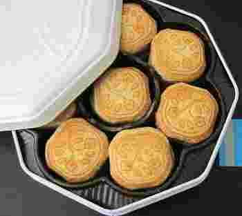 1902(明治35)年創業の資生堂パーラー。資生堂のトレードマーク「花椿」をあしらった「花椿ビスケット」は、サクサクとした食感とやさしい味で人気のロングセラーです。 銀座本店限定のシックな黒缶があるのをご存知でしょうか?実は、缶の色だけでなく中身もプレミアム。その名も「手焼き花椿ビスケット」は、発酵バター、北海道産の小麦粉、甜菜糖、有精卵など素材にこだわり、菓子職人が手作りしています。 ※写真は、通常の花椿ビスケット白缶です。