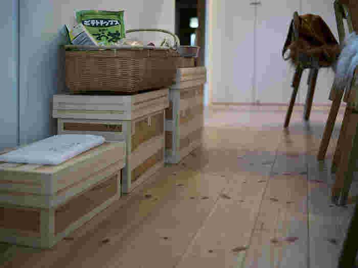 洋風のお部屋にも空気のように馴染むので、大きな茶箱をベンチやサイドテーブル代わりに置いたりするのも、しっくりと絵になります。