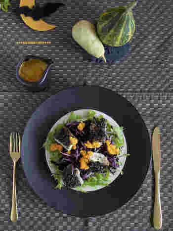 ひじきや黒ゴマ、紫キャベツを使った、ちょっぴりダークなハロウィンカラーのサラダは人参ドレッシングをかけてさっぱりと。食材を下ごしらえしておけば、持ち寄り用にも使えます。