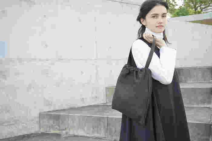 毎日の通勤用はもちろん、ひとつ持っていると何かと使えるのがシンプルな「ブラックバッグ」。きっとお気に入りになる、シルエットと収納力を兼ね備えたおしゃれなブラックバッグをご紹介します。