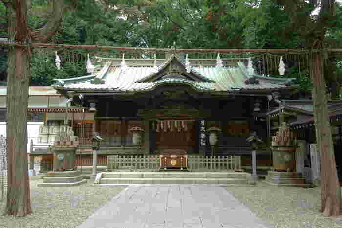 厳かな雰囲気の本殿にもうさぎの彫刻が施されているんですよ。神社の名前から「ツキはツキを呼ぶ」とされ、幸運を呼ぶと人気を集めていて、勝負運や金運などのご利益にもあやかれそうです。