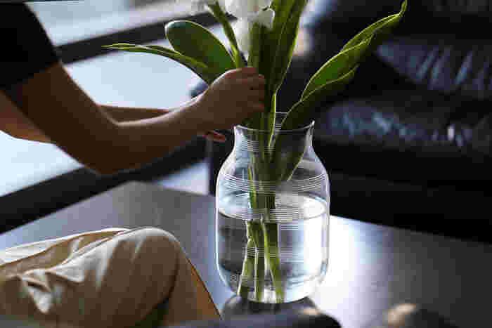 切り花が水をよく吸えるように、茎の先を切ってあげる「水切り」。花を生ける前や、「ちょっと元気が無くなってきたかな?」というタイミングで行うと、長持ちさせることができます。