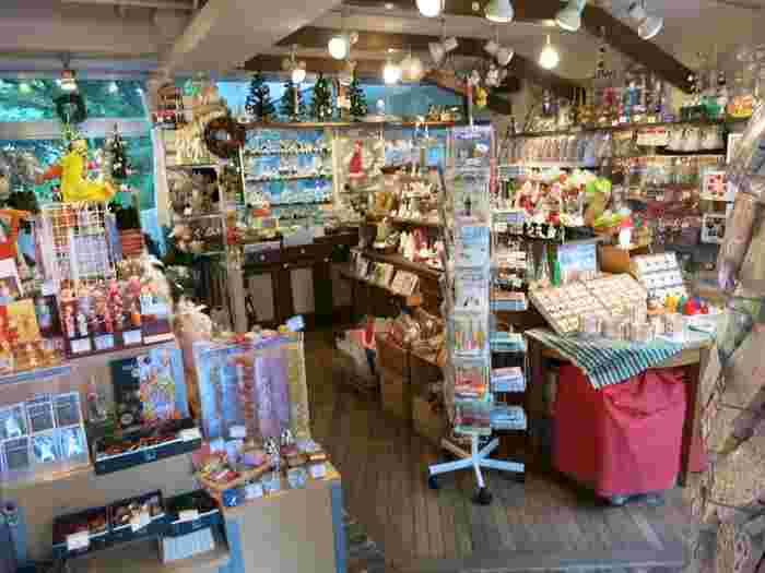 店内は、まるで海外の雑貨店のような雰囲気です。 このお店に行けば、いつでもクリスマス雑貨を手に取ることができますよ。毎日ワクワクしちゃいそうですね。
