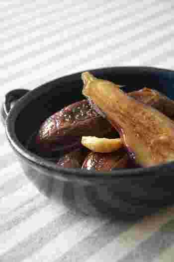 """漬かりやすく1時間ほどで食べられる、焼きなすとニンニクのピクルス。このピクルスをバルサミコ酢とともにミキサーにかけると、バゲットなどにぴったりな""""なすディップ""""になります♪"""