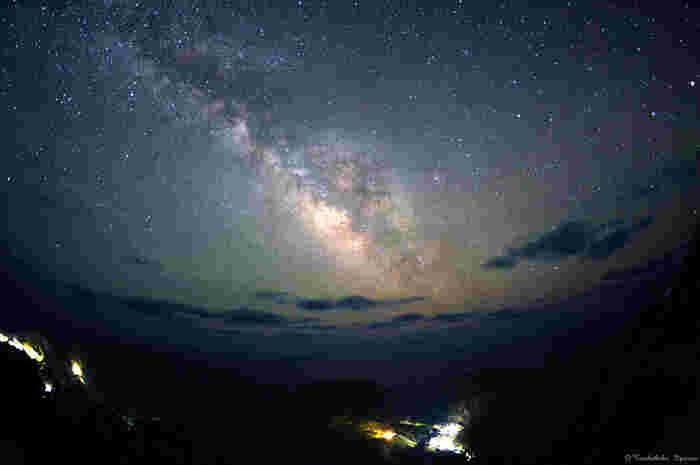 星を見るポイントは、ただ晴れれば良いわけではありません。月明かりのないそんな日こそ、星を望むには必要な条件です。そして、夏場のほうが星はよくくっきりと見えるのです。冬のほうが見えそうなイメージですが、ここ青ヶ島では夏の「いて座、さそり座」の方向に太くて明るい天の川があるということもあり、よく見えます。