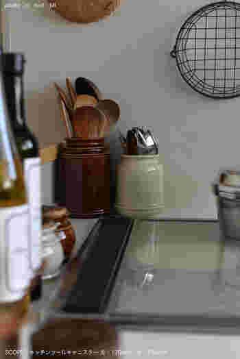 よく使うカトラリーや調理器具は、キャニスターに立てて収納することで、料理中でもすぐ手に取ることができます。使いやすい上に見せる収納としても素敵です。