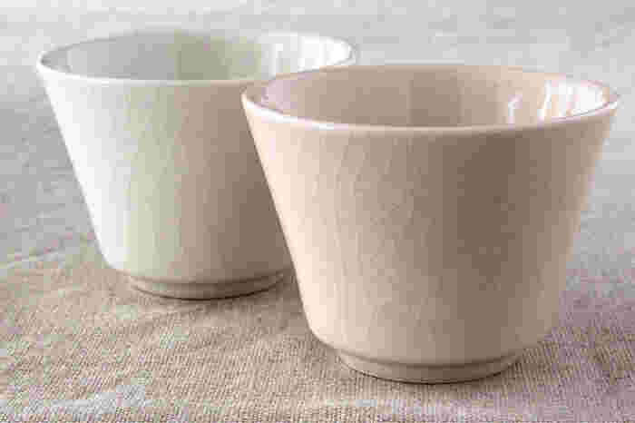 一見ひび割れのようにも見える「貫入」と呼ばれる焼き物特有の装飾が入った湯呑は、どこか趣きある佇まい。シンプルで使いやすいデザインに、クセのないカラーバリエーションで、全種類揃えたくなります。