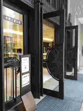 正面玄関扉には孔雀やぶどう唐草が施されており、外観の至る所にアールデコ様式が施されています。訪れた際には、ぜひ気にかけて見てくださいね。