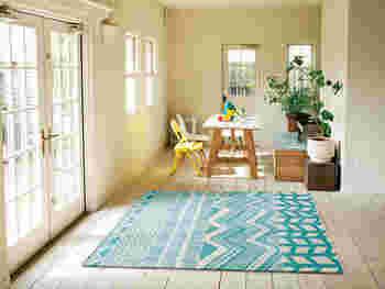 インテリアのアクセントになるラグをお探しなら、柄物を選んではいかが。床にデザインをプラスするだけで、華やかな印象になります。