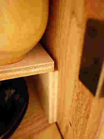 棚の幅サイズぴったりにカットして上手に組み合わせれば、重ねるだけでも棚板が増やせます。ダボ穴があるタイプの棚であれば、ホームセンターからダボを購入して使う事もできます。 ※ただし、自作した棚板には重い食器を乗せるのは避けましょう。