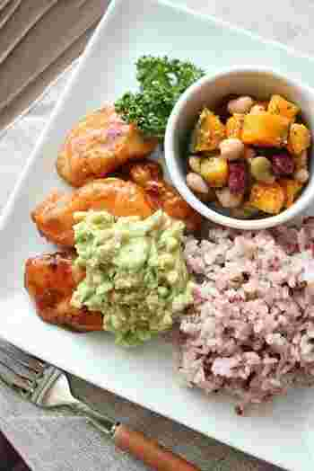おうちでカフェ飯したい時にオススメの、黒酢チキンのアボタルソースレシピです。むね肉で作るのでとってもヘルシー!休日の昼下がりに頂きたいレシピです。