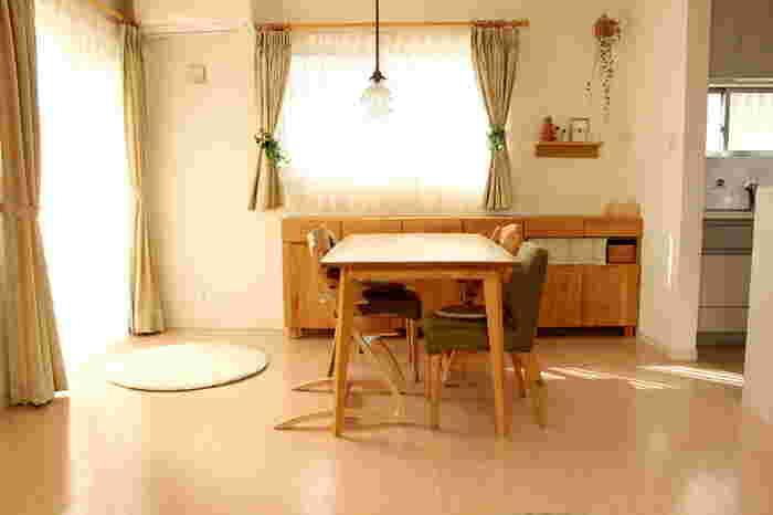 食事をしたり、お茶をしたり、お子さんが勉強をしたり…。ダイニングテーブルは、家族団らんの場に欠かせない家具なのではないでしょうか。でも、最近では住宅事情によってダイニングテーブルを置かずに空間をできるだけ広く使うご家庭もあるよう。