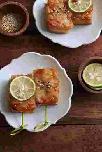 厚揚げで作ると、普通の豆腐田楽よりもコクもボリュームもアップ。味噌とチーズの濃厚な味に、爽やかなすだちの香りが食欲をそそります♪