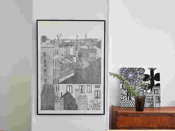 お部屋のメインとなるような存在感のあるポスターは、他のインテリアのトーンと合わせて雰囲気ある空間に仕上げましょう。この場所でずっと眺めていたくなるような、まるで美術館のような一角のようです。色をあわせることで空間にまとまりが生まれますね。