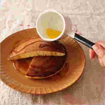 溶かしたバターをパンケーキにかける時も、とっても扱いやすい仕様。テーブルの上に出しておいて様になるルックスも魅力的です。