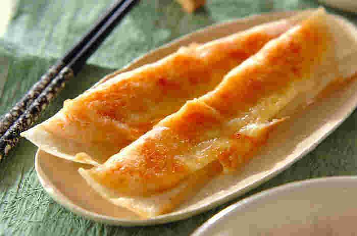 鮭フレークとじゃがいもを春巻の皮で包んでカリッと焼くだけ♪ タルタルソースや七味マヨネーズでいただきましょう。  春巻きの皮の代わりに、ワンタンの皮を使って揚げワンタン風にしたり、中にチーズを入れて仕上げても美味しそうですね。