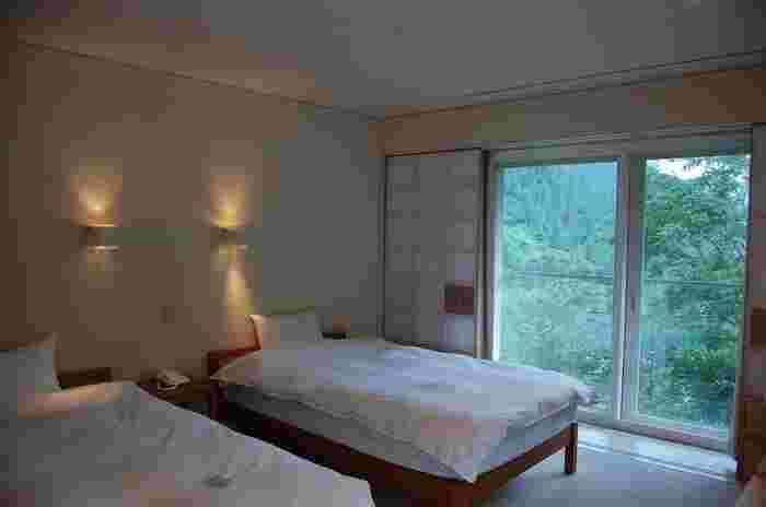 室内は、和モダンな雰囲気。シンプルながらも心地よい空間で、旅の疲れをゆっくり癒すことができます。