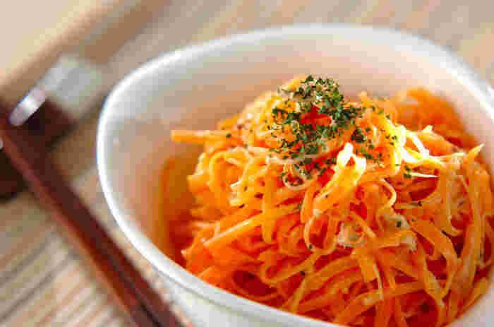 最初にご紹介するのは、電子レンジで作れる「ニンジンサラダ」。ツナも入ってさらに美味しく食べやすくなります。味付けはマヨネーズですが、もちろんお好みのドレッシングでも◎
