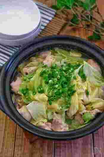 水分を多く含むキャベツは、無水で調理してもたっぷりのスープが出ます。使うキャベツの量はなんと一玉!ヘルシーなのにお腹いっぱいになるボリュームです。