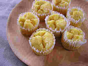 こちらは、にんじんたっぷりで、卵・乳製品・砂糖を一切使わない、ヘルシーな蒸しケーキ。にんじんと相性のいい、りんごジュースを加えるのもポイントです。