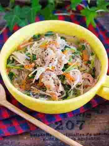 豆苗やえのきなどのヘルシー食材をたっぷり使った、お財布にも優しいはるさめスープレシピ。味付けに液体塩こうじを使うことで、シンプルながらも深みのある味になります。