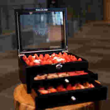 メニューは季節に合わせてチェンジ。春のイチゴ狩りをテーマにした「ベリー ベリー イン ザ ジュエリー ボックス」では、国産のいちごを敷き詰めたこんなにかわいい宝石箱が!