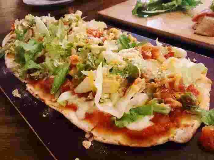 ボンダイカフェでしか食べられない、どれもひと手間加えられたオリジナリティ溢れるメニューが揃っています。パリパリのピザ生地にピリリと辛いソースが絡んだ野菜がたっぷりのメキシカンピザ。