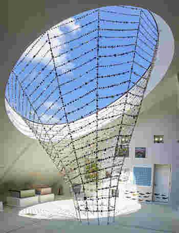 館内の順路は、最上階の4階がスタート地点。最上階にあるのは、この建物を設計した藤森氏のコレクション展示ゾーンです。モザイクタイルを駆使したアート作品や、天窓を飾る吹き抜けのオブジェ、煙突のような柱のタイルデコレーションなど、タイルづくしの見応えがある作品がズラリと並びます。
