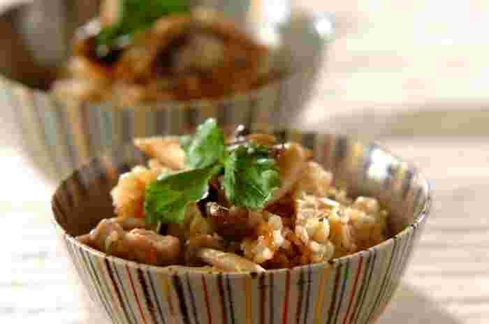 最近話題のもち麦入りの、キノコの炊き込みご飯です。鶏モモ肉の美味しいエキスとキノコの味わいがマッチングしたレシピです。三つ葉を乗せて色合いも楽しんでくださいね。