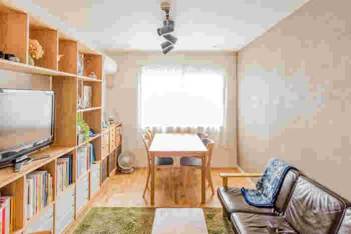 1日のサイクルに合わせて、家具の配置を決めるのもひとつのアイデア。こちらのお宅のように、朝食をとるダイニングを明るい窓側に、壁面収納に設置されたテレビの向かい側にソファをレイアウトしています。