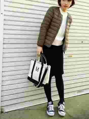 ニット×タイトなコーデュロイのスカートと合わせて、レディながらもちょっぴりカジュアルに着こなすのもおしゃれですね♪